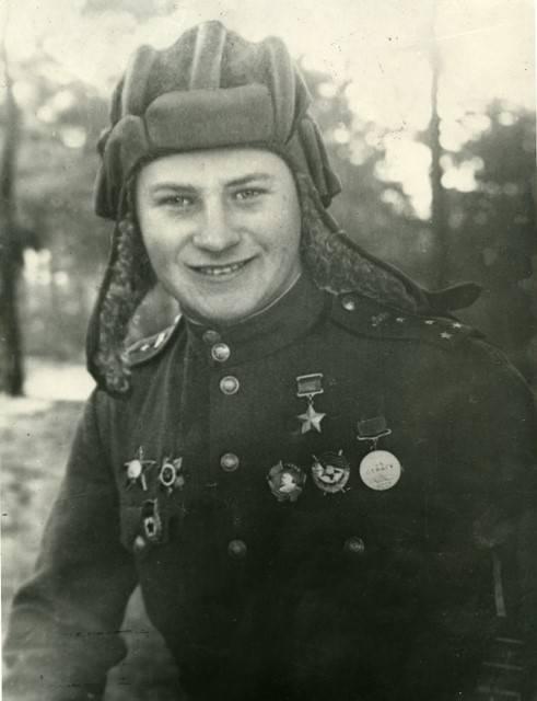 Vladimir Bochkovsky. Verbrannte fünfmal in einem Panzer, erreichte aber die Zeelovhöhen