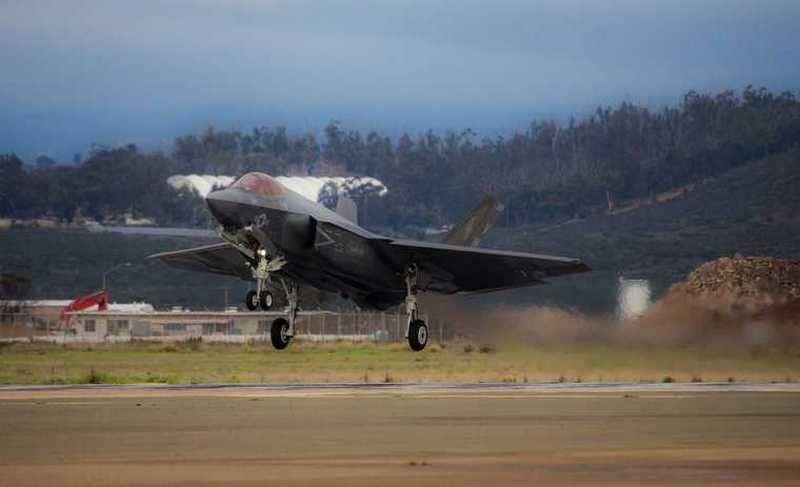 美国海军陆战队开始接收F-35C战斗机的甲板版本