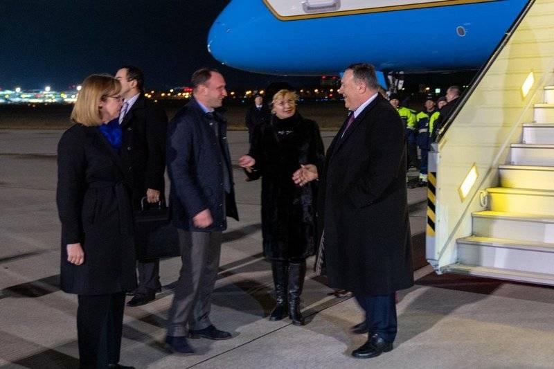 미 국무부 마이크 폼페오 (Mike Pompeo) 국장은 공식 방문으로 우크라이나에 도착했다.