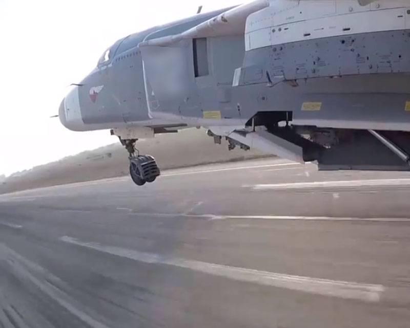 显示了由于未达到底盘支撑杆而导致Su-24着陆中断的视频