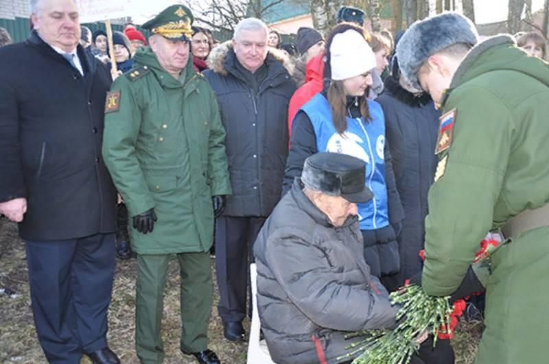 Offiziere und Kadetten der Luftverteidigungsakademie veranstalteten eine Parade für einen Veteranen des Zweiten Weltkriegs