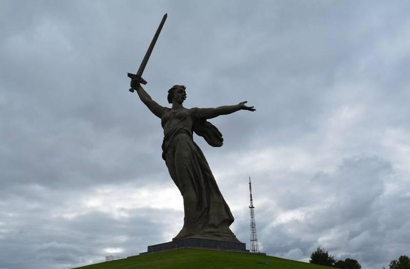 """볼고 그라 데 스테프는""""모국이 전화하고있다""""라는 기념비가있는 광고에 분노했다"""