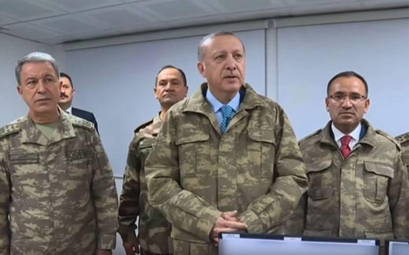 Bloomberg: Erdogan pointe un pistolet vers l'ouest et tient l'autre dans son propre temple