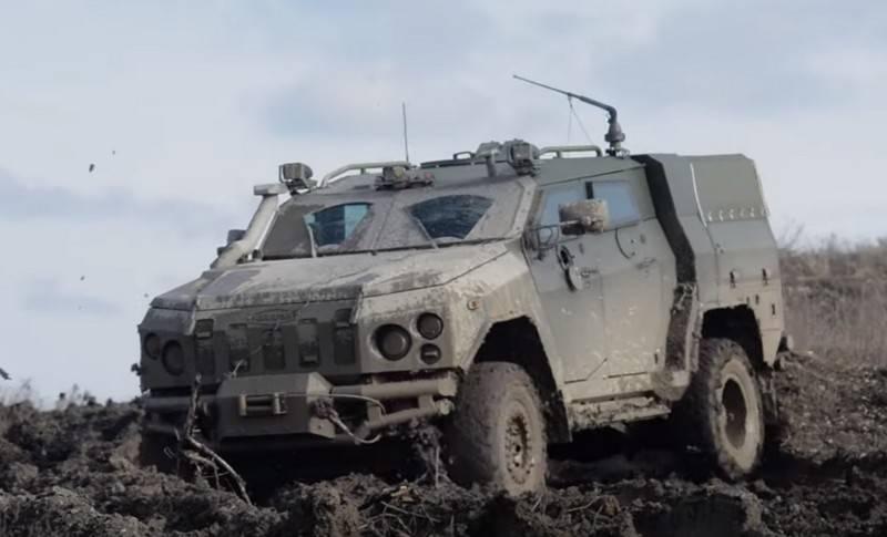 """Em Donbass, um carro blindado da APU """"Novator"""" e ATGM """"Amulet"""""""