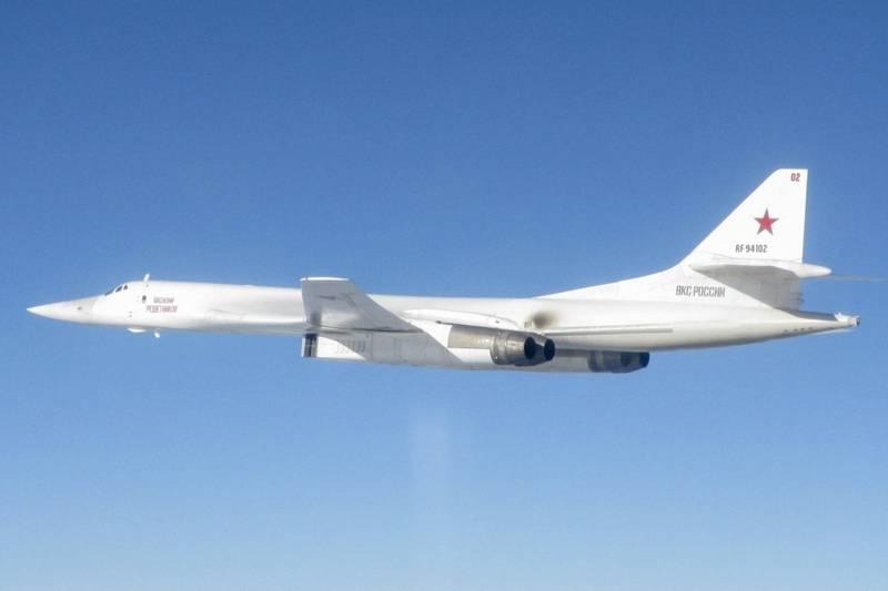 Пара стратегов Ту-160 провела длительный полет над северными морями