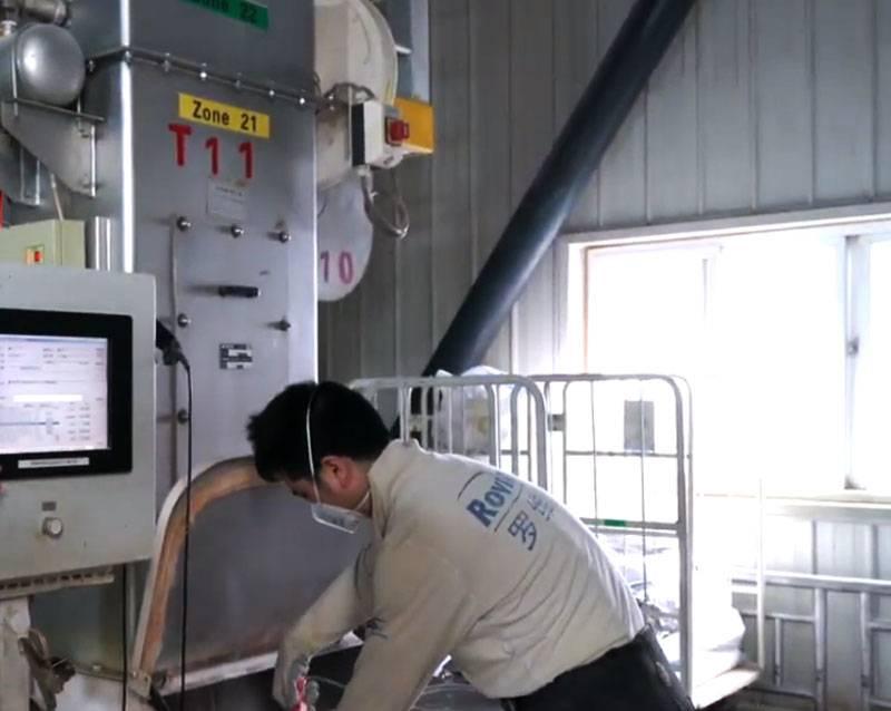 在中国的J-20数字设计现场,他们设计了一种用于制作数百万个口罩的设备