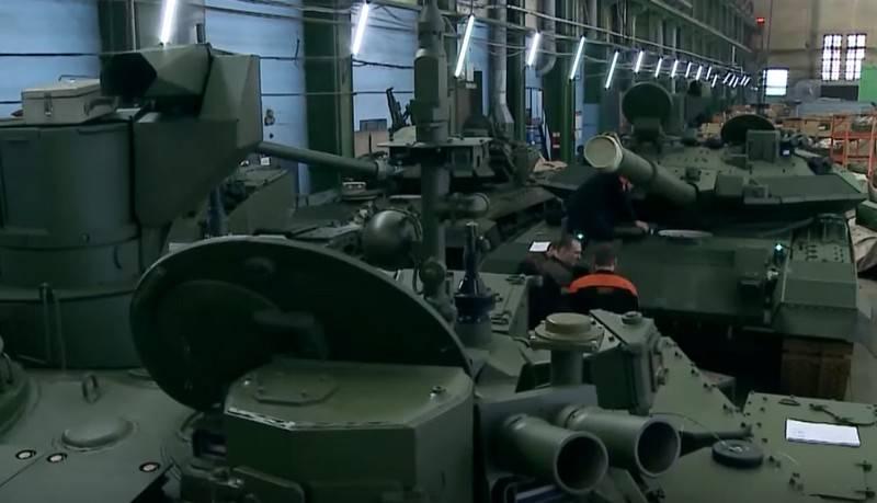 """시리얼 탱크 T-90M """"Breakthrough""""파티가 퍼레이드에 참여하기 위해 모스크바로 보냄"""