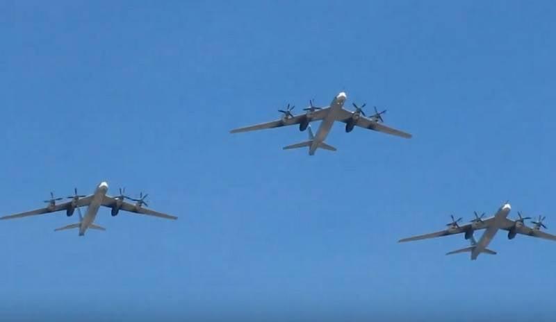俄罗斯战略家Tu-95S的工作人员开始为胜利大游行做准备