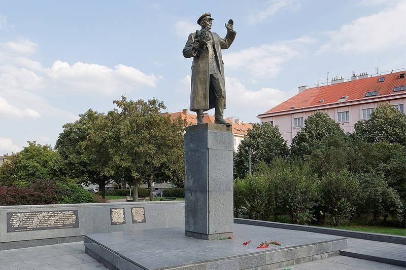 Monument to Soviet Marshal Ivan Konev demolished in Prague