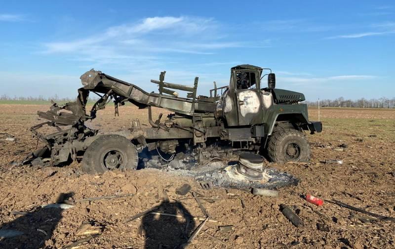 우크라이나의 헤르 손 지역에서 탄약이 든 APU 트럭이 고장났습니다.