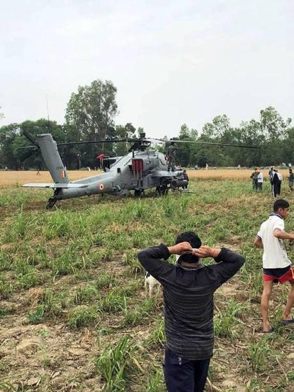Der Apache-Hubschrauber der indischen Luftwaffe AH-64E landet notfalls auf Ackerland