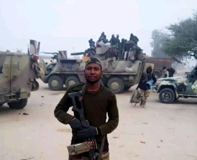 ナイジェリアでは、奇妙な機関銃手の位置を備えたウクライナのBTR-4
