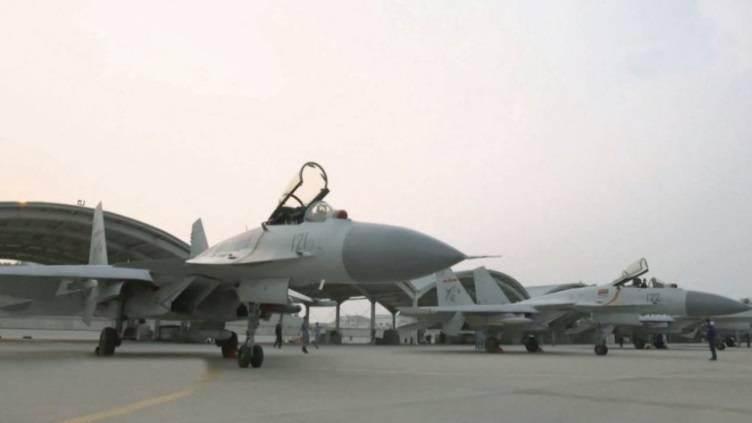 遼寧省上空:Su-33の中国コピーの問題