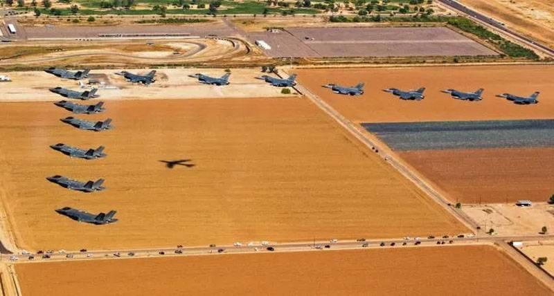 """Aux États-Unis a montré le vol """"coin"""" des chasseurs F-35 et F-16"""