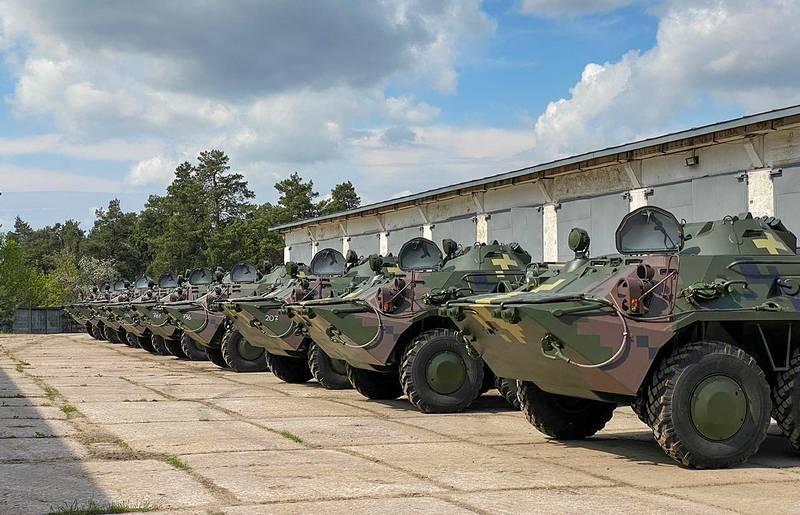 बख्तरबंद कर्मियों की एक पार्टी ने सशस्त्र बलों के साथ बीटीआर -80 सेवा में प्रवेश किया