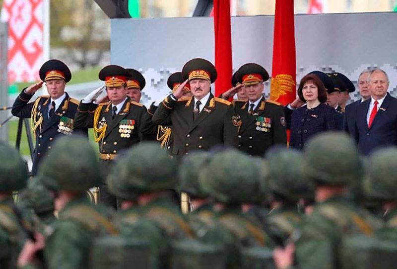 チェコの報道機関:プーチン9月XNUMX日は少数の兵士、および将軍と数千人の軍隊を擁するルカシェンコを背景に