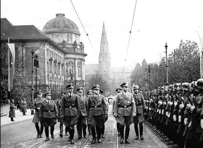 如何成为纳粹将军并生存到1980年代:来自第三帝国司令部的传记