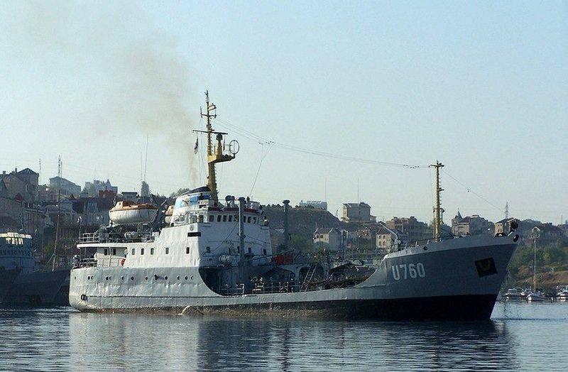 乌克兰前海军油轮在奥查科沃港沉没