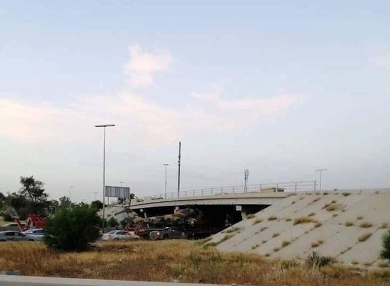 リビアでPNS部隊を輸送しようとしているときにMi-35ヘリコプターが橋の下で立ち往生