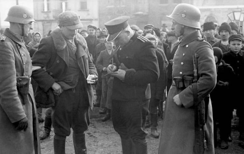 पड़ोसी और सहपाठी मारे गए: होलोकॉस्ट में पोलिश पुलिसकर्मियों की भूमिका उजागर हुई