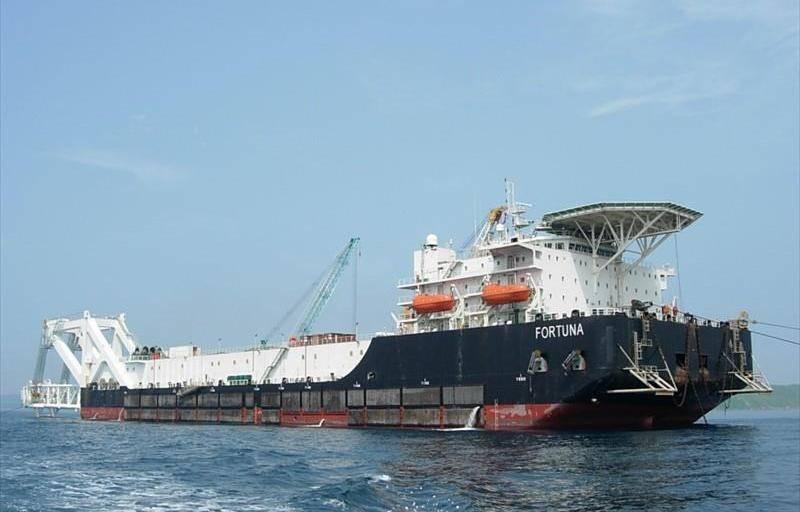 Barcaça de assentamento de tubos Fortuna deixou o porto de Mukran