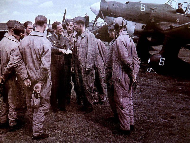 Инструктаж летчиков немецких пикирующих бомбардировщиков Ю-87 перед боевым вылетом