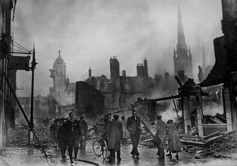 Прохожие на улице разрушенного немецкими бомбами Ковентри