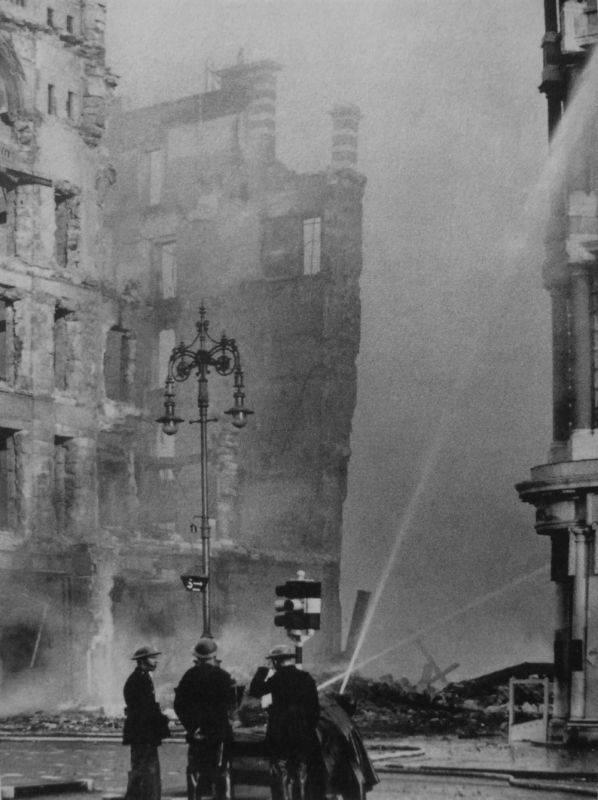 Пожарные тушат пожар в разрушенном здании на Оксфорд-стрит в Лондоне