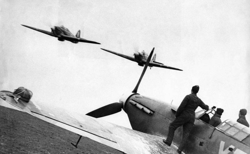 Пара британских истребителей «Харрикейн» на бреющем полете над своим аэродромом