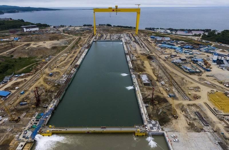 Nel complesso di cantieri navali Zvezda è installata una persiana per pontili di carenaggio
