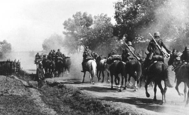Aufklärung über deutsche Infanterie und Kavallerie nahe der Grenze der UdSSR