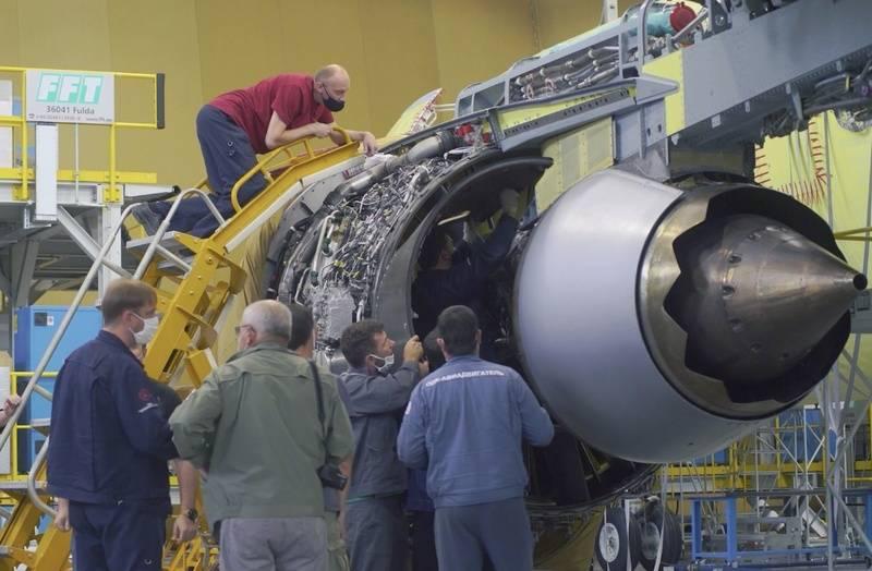 MS-14-21航空機へのPD-310エンジンの最初の設置は、イルクーツクで行われました