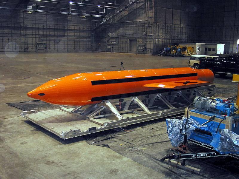 Der Aufprall der Druckwelle der Luftbombe GBU-43 / B wird gezeigt