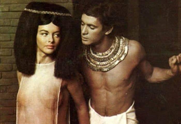 А  вот столь откровенные одежды еврейские женщины в то время носить не  могли. Но ведь перед нами жрица храма богини Ашторет, особы, весьма  падкой на любовь, так что удивляться костюму ее прислужницы совсем не  приходится! Да и фрески опять же наличие столь откровенных одежд у  египтянок подтверждают