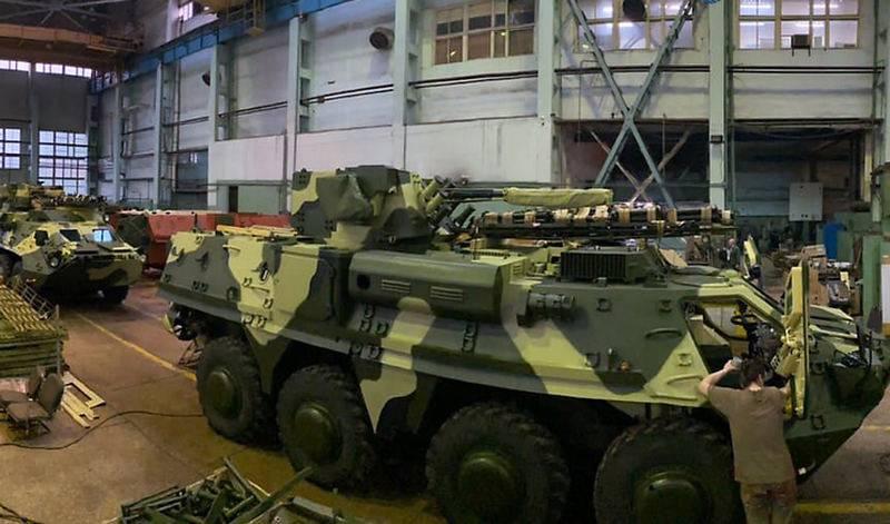 Les forces armées ukrainiennes continuent de recevoir des véhicules blindés de transport de troupes BTR-4 en acier de mauvaise qualité