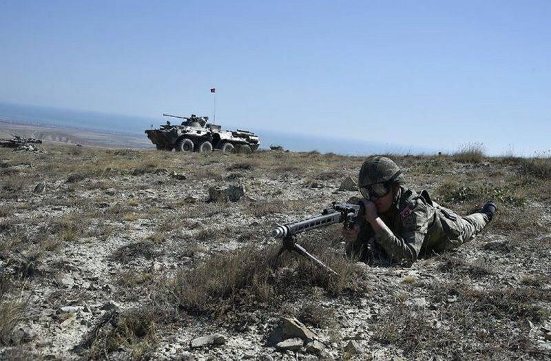T-90 con la bandera turca: los militares en Azerbaiyán posan en el contexto de los tanques rusos