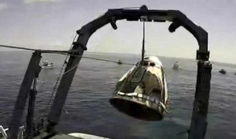 O navio tripulado americano Crew Dragon caiu na Flórida em segurança