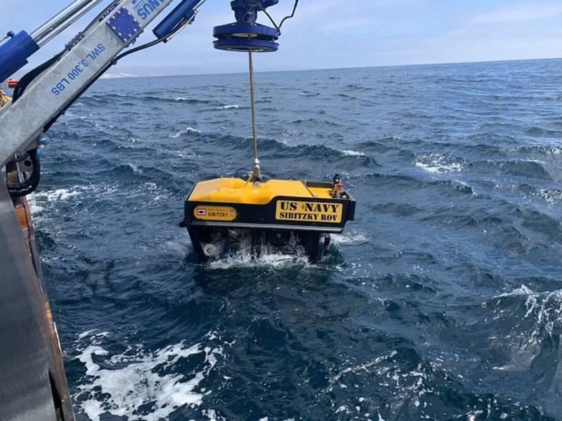 潜水艦が沈没した米海兵隊の水陸両用車をサービスマンの体で発見