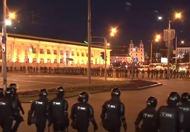 Das belarussische Innenministerium erklärt den Einsatz von Dienstwaffen durch die Polizei gegen die Demonstranten