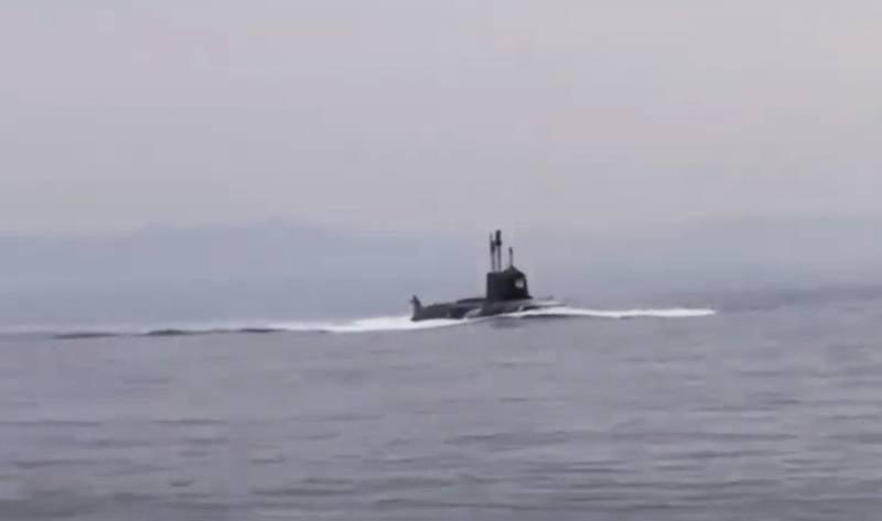 Ağ, Alaska yakınlarındaki bir Rus Donanması denizaltısının su yüzüne çıkmasıyla durumu tartışıyor.