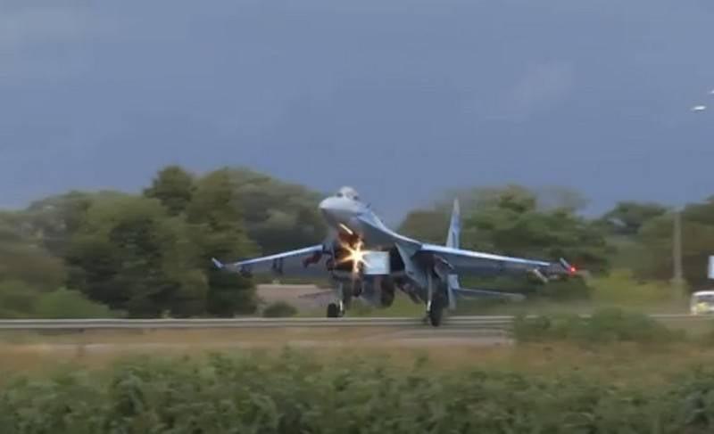 Die Ukrainerin Su-27 schoss ein Verkehrsschild ab