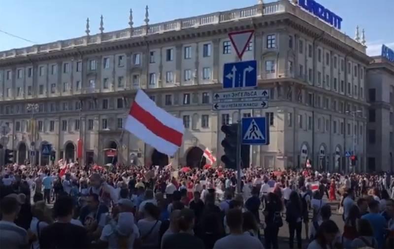 «Марш мира и независимости»: десятки тысяч протестующих вновь собрались на акции в Минске