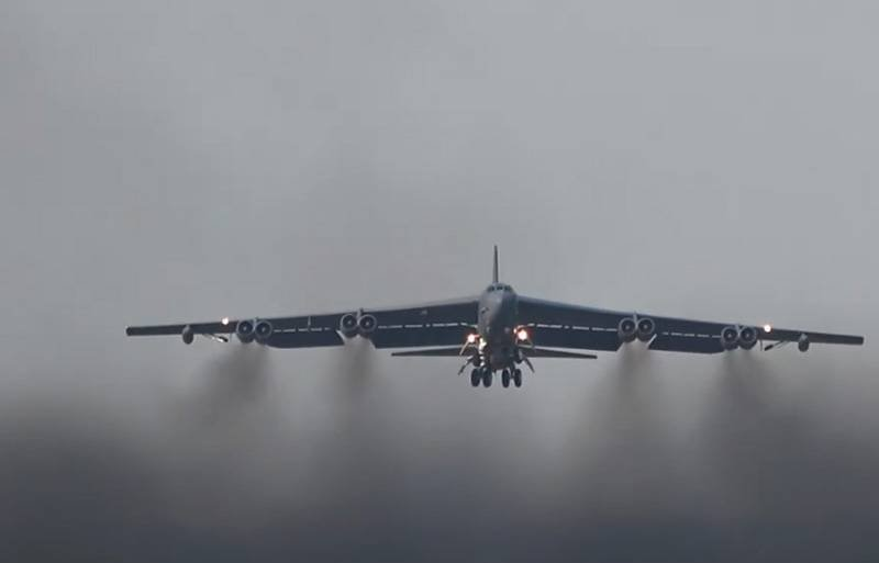 US Air Force B-52 strategic bombers flew over Genichesk - north of Crimea