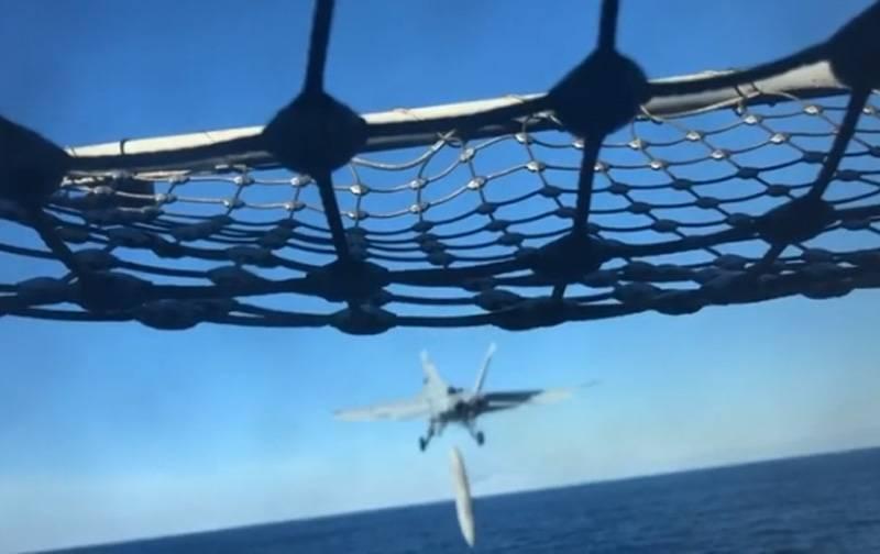"""Amerikan savaş uçağı F / A-18E, kalkış sırasında yakıt deposunu """"kaybetti"""""""