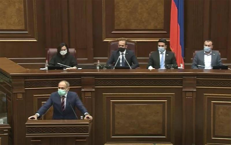 국회의원은 Pashinyan에게 Nagorno-Karabakh의 독립을 인정할 준비가되어 있는지 물었습니다.