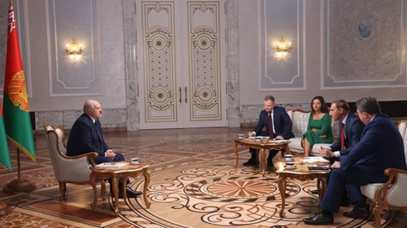 Президент Беларуси объяснил российским журналистам своё недавнее появление с автоматом