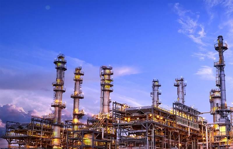 Нефть стремительно дешевеет, рубль снова падает. Чем ответят российские АЗС?