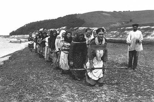 个女人在河上驳船。 古兰经1910
