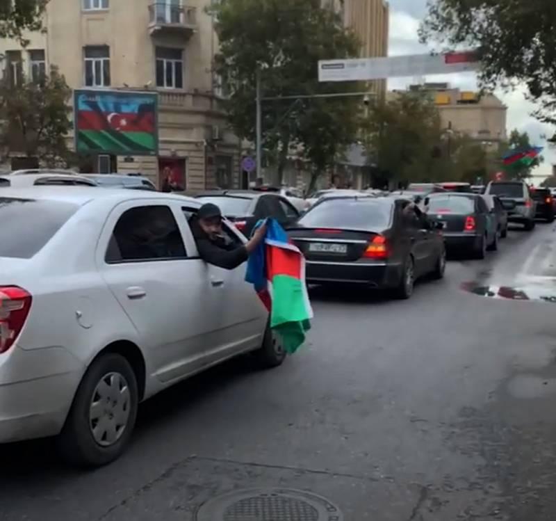 Bakü'de halk, Şuşi'nin kontrolünü ele geçirdiği yönündeki açıklamaların ardından sokaklarda toplanmaya başladı.