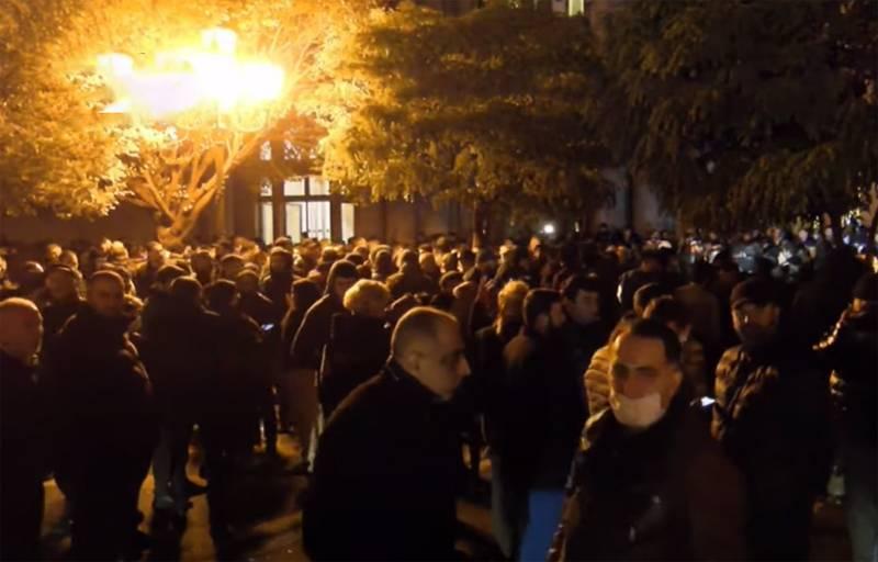 イェレヴァンで暴動が勃発し、抗議者が国会議事堂を占領した